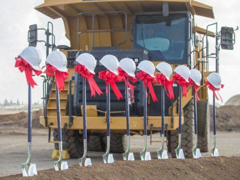 Dịch vụ cho thuê xẻng và mũ bảo hộ trong lễ khởi công công trình xây dựng