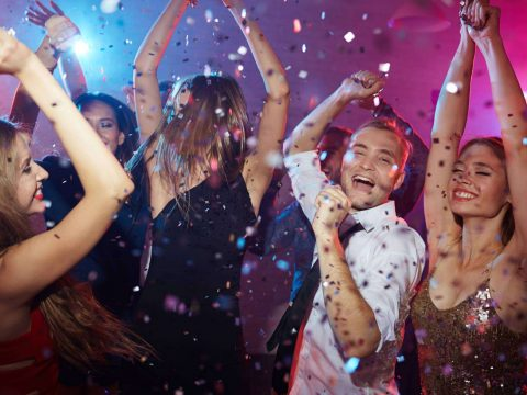 Tiết mục Year End Party giúp không khí sôi nổi cho buổi tiệc cuối năm